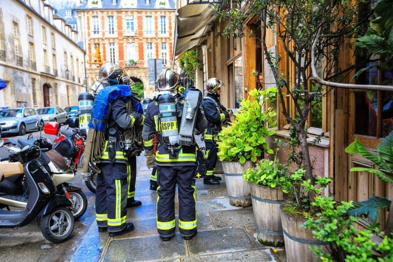 Os sapadores-bombeiros chegaram na chamada de emergência, Paris fotografia de stock