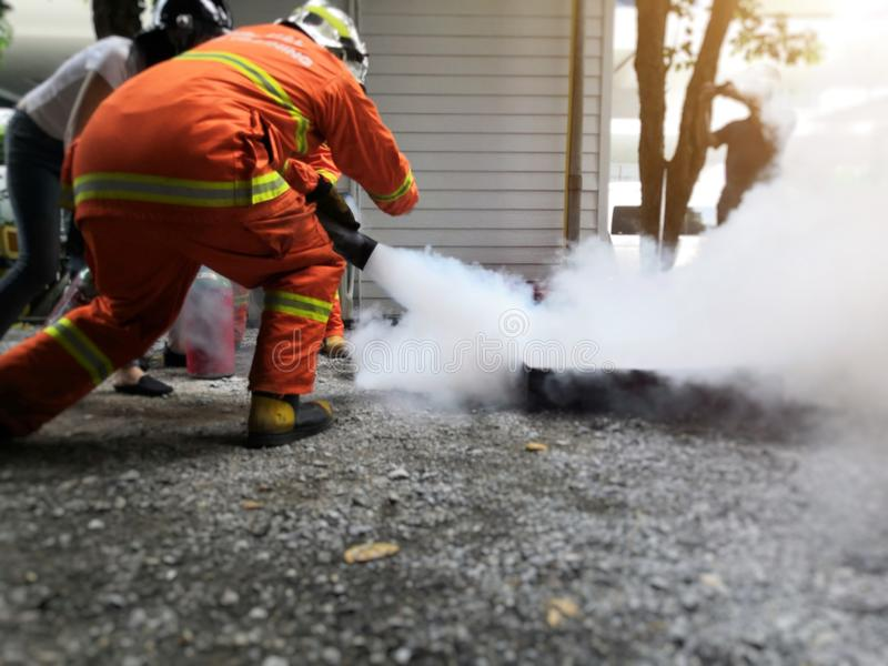 Os sapadores-bombeiros estão ensinando o fogo - extinguindo imagens de stock