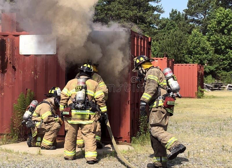 Os sapadores-bombeiros são toda sobre trabalhos de equipa imagem de stock royalty free