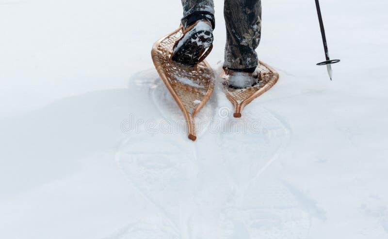 Os sapatos de neve são usados na neve profunda imagem de stock royalty free