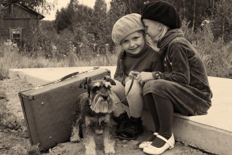 Os segredos das crianças imagens de stock