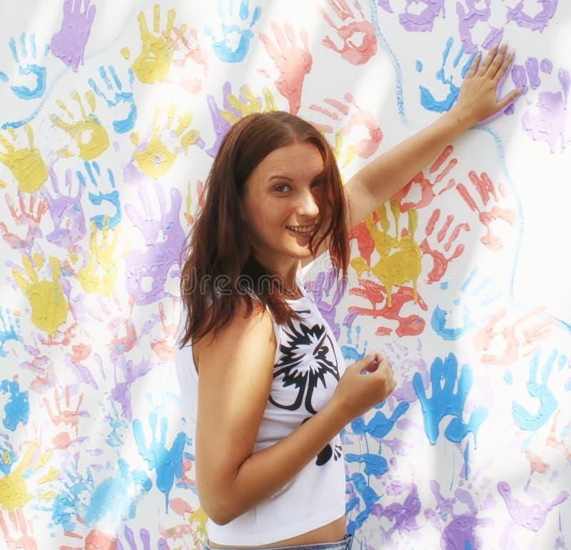 Os selos da menina seguem as mãos na parede com cópias imagens de stock royalty free