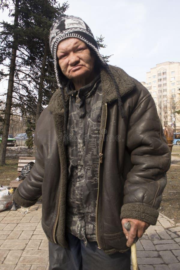 Os sem-abrigo na rua Pobreza no terceiro mundo A mulher e o homem vivem na rua fotos de stock