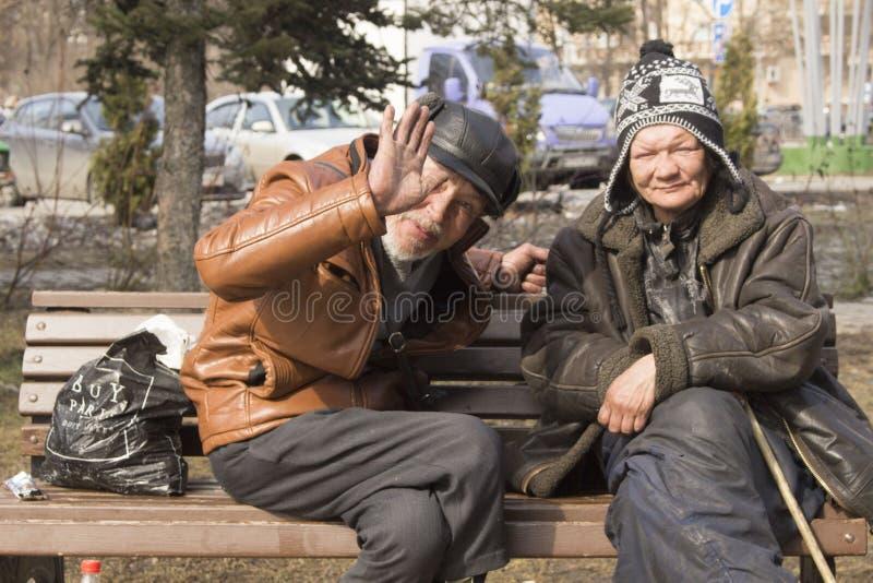 Os sem-abrigo na rua Pobreza no terceiro mundo A mulher e o homem vivem na rua foto de stock