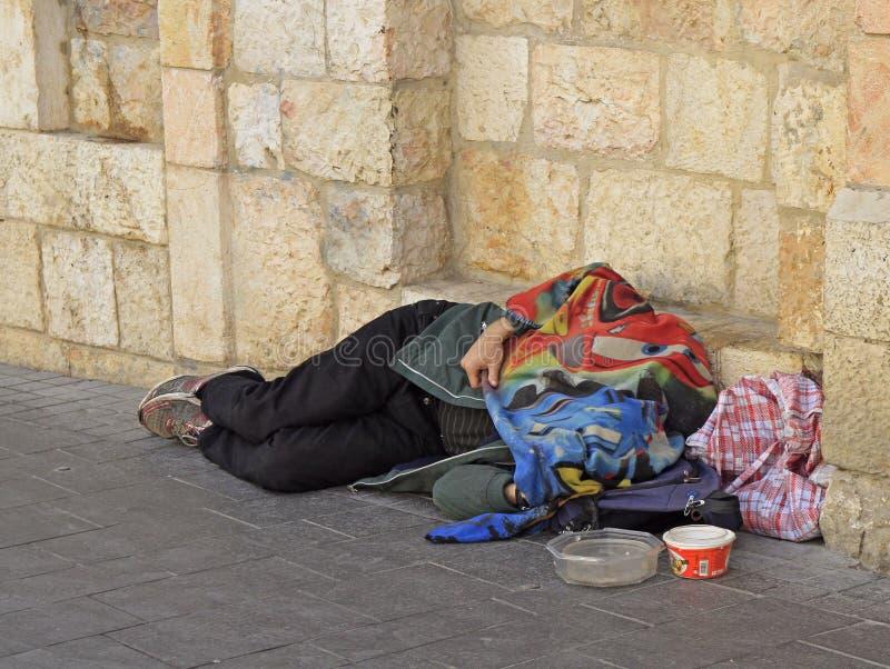 Os sem abrigo são dormir exterior no Jerusalém, Israel foto de stock