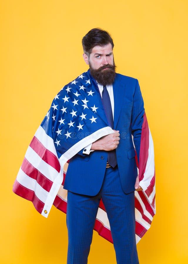 Os sentimentos de inspiração da bandeira do orgulho e da segurança Homem de negócios seguro que veste a bandeira americana com or fotos de stock royalty free