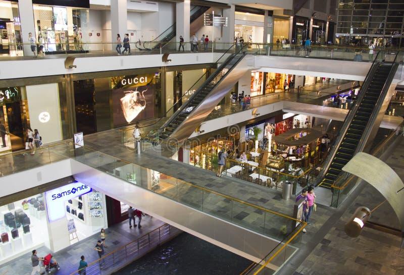 Os shoppes em areias do louro do porto, Singapore foto de stock royalty free