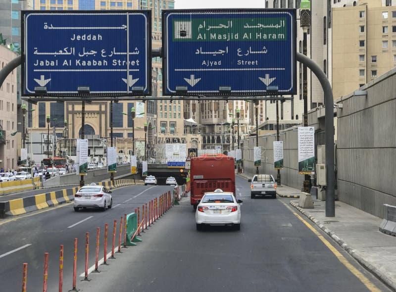 Os sinais de estrada conduzem a Al Haram Mosque Masjidil Haram e a Jeddah em Makkah, Arábia Saudita fotos de stock royalty free