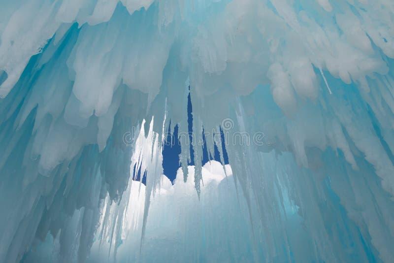 Os sincelos penduram do teto de uma caverna de gelo fotografia de stock