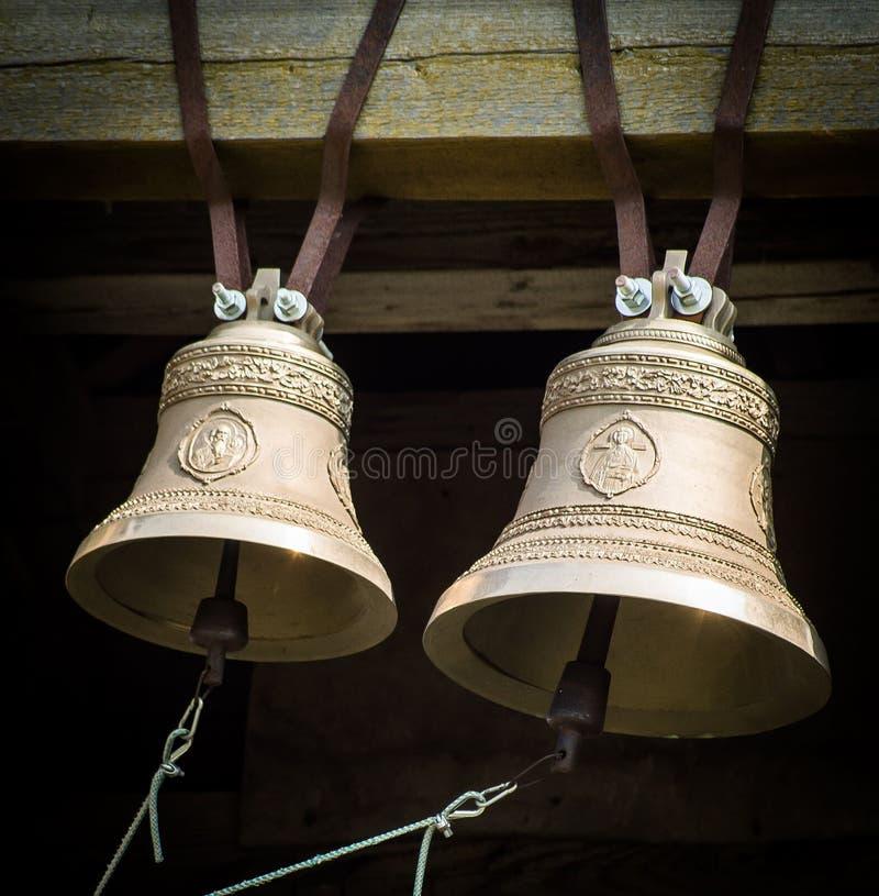 Os sinos na torre de sino de uma igreja ortodoxa fotos de stock