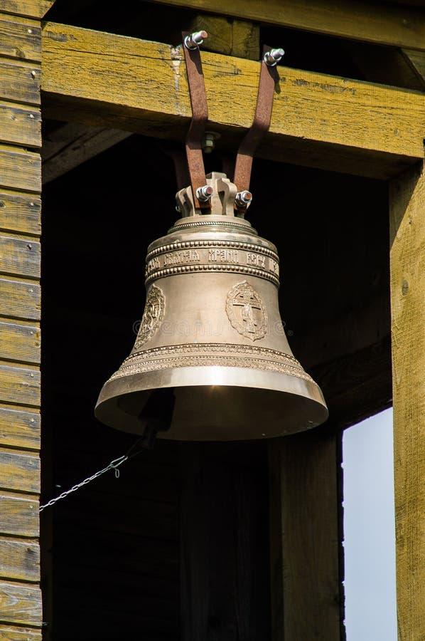 Os sinos na torre de sino de uma igreja ortodoxa imagem de stock