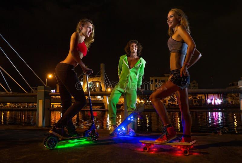 Os skateres têm o divertimento na noite fotos de stock
