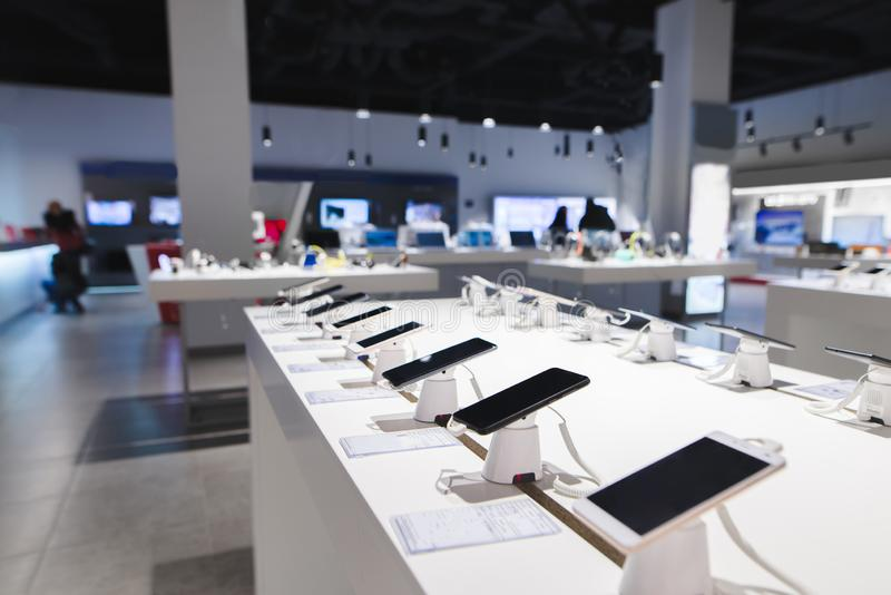 os smartphones estão na tabela na loja da tecnologia Comprando um telefone celular na loja da eletrônica imagens de stock royalty free