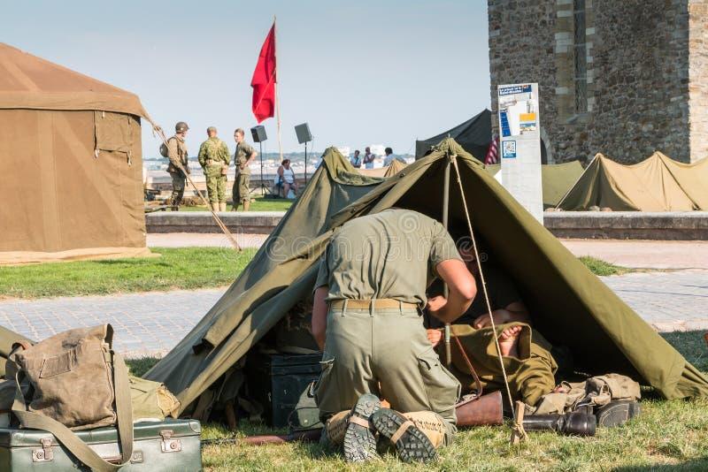 Os soldados americanos sentam-se em suas táticas da barraca fotografia de stock