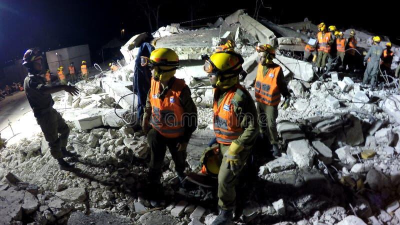 Os soldados da segurança interna evacuam povos feridos tsunami do ataque do foguete do terremoto foto de stock
