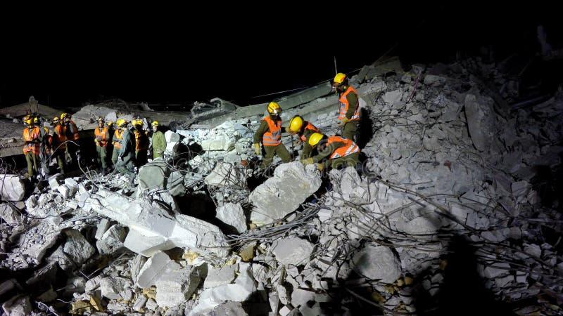 Os soldados da segurança interna procuram por povos feridos tsunami do ataque do foguete do terremoto imagens de stock royalty free