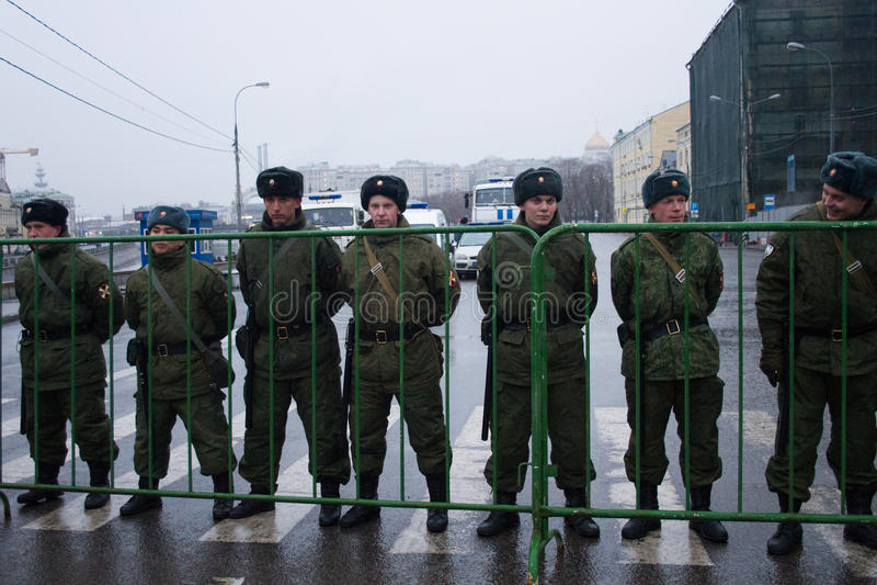 Os soldados de tropas internas aproximam a oposição março fotos de stock royalty free