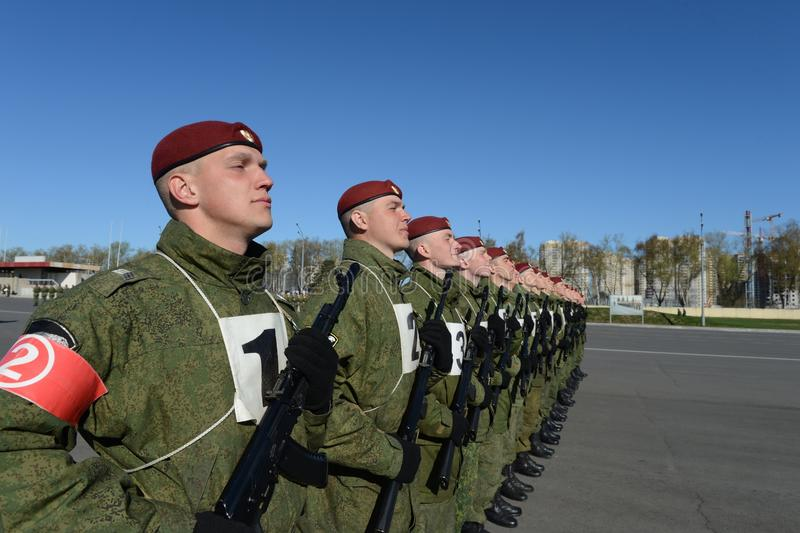 Os soldados de tropas internas do MIA de Rússia estão preparando-se para desfilar no quadrado vermelho foto de stock