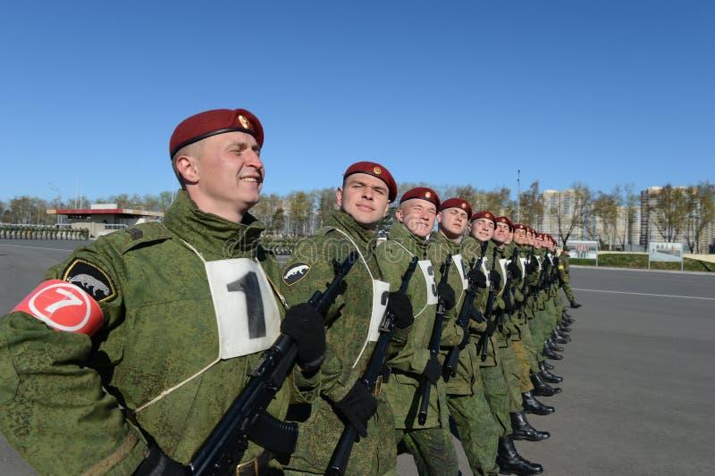 Os soldados de tropas internas do MIA de Rússia estão preparando-se para desfilar no quadrado vermelho fotografia de stock royalty free