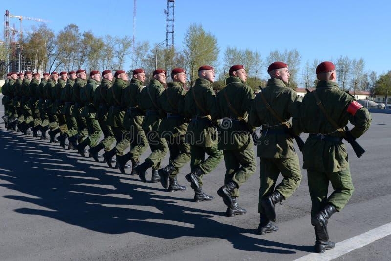 Os soldados de tropas internas do MIA de Rússia estão preparando-se para desfilar no quadrado vermelho imagem de stock