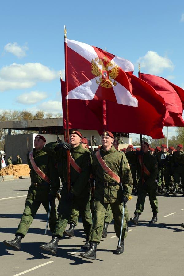 Os soldados de tropas internas do MIA de Rússia estão preparando-se para desfilar no quadrado vermelho imagens de stock royalty free