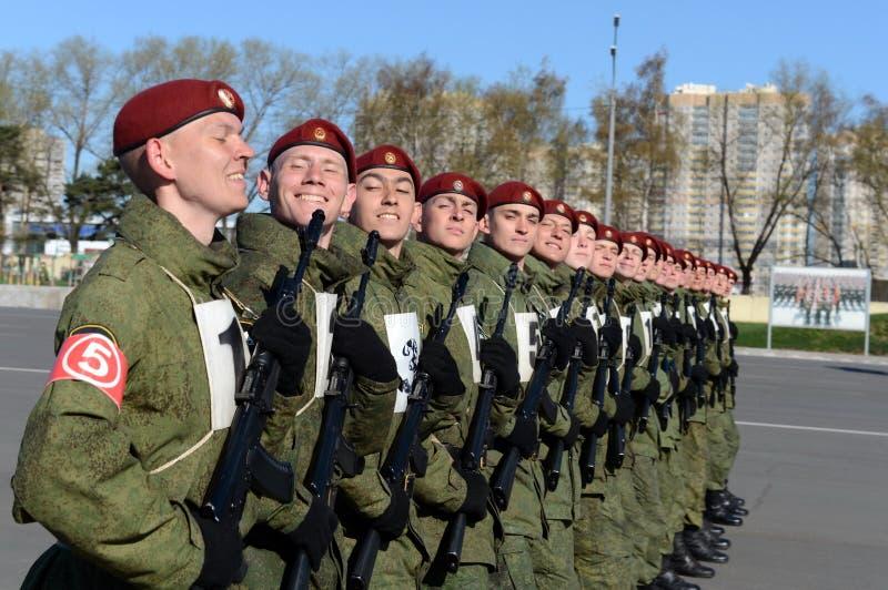 Os soldados de tropas internas do MIA de Rússia estão preparando-se para desfilar no quadrado vermelho fotos de stock royalty free