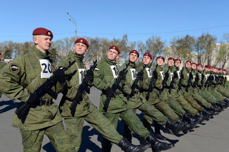 Os soldados de tropas internas do MIA de Rússia estão preparando-se para desfilar no quadrado vermelho imagem de stock royalty free