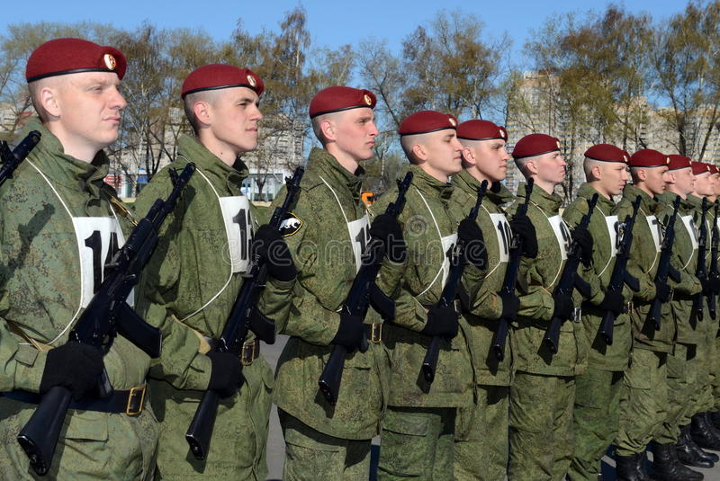 Os soldados de tropas internas do MIA de Rússia estão preparando-se para desfilar no quadrado vermelho fotografia de stock