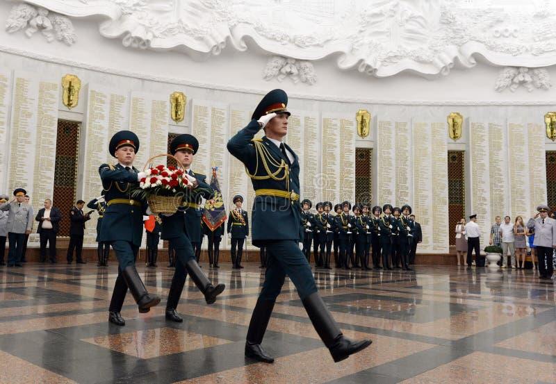 Os soldados do protetor de honra colocam uma cesta das flores no salão da glória militar o museu da grande guerra patriótica em P imagens de stock royalty free