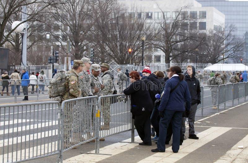 Os soldados falam aos civis durante a inauguração de Donald Trump foto de stock royalty free