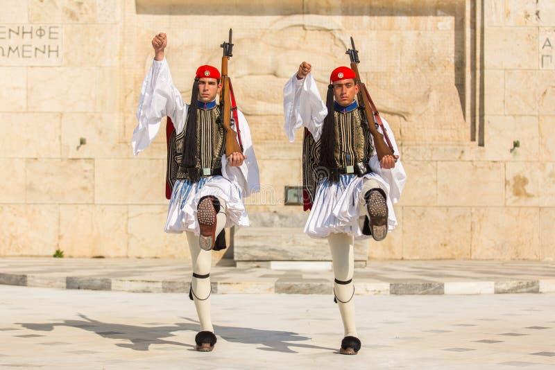 Os soldados gregos Evzones (ou Evzoni) vestido no uniforme de vestido completo, referem os membros da guarda presidencial fotografia de stock
