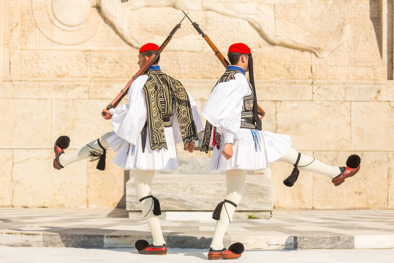 Os soldados gregos Evzones referem os membros da guarda presidencial, uma unidade cerimonial da elite, vestida no uniforme de ves foto de stock
