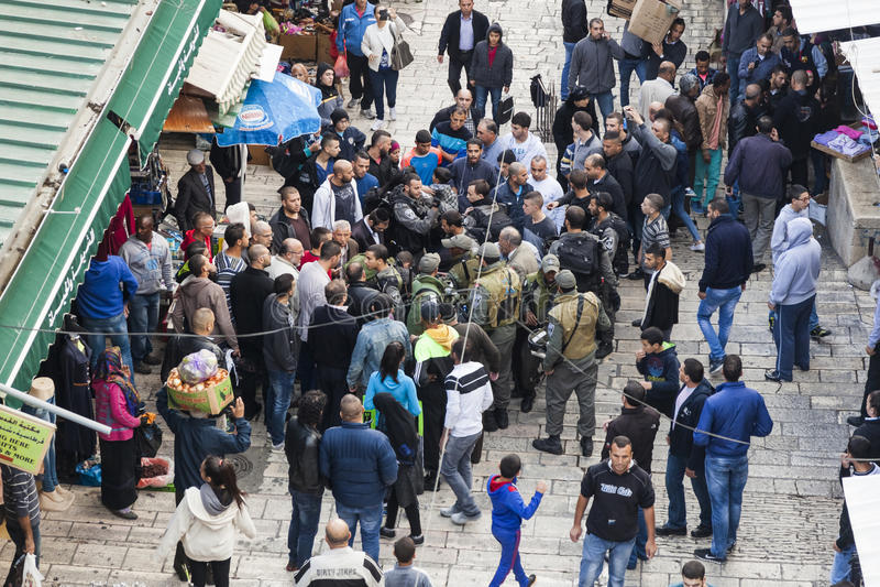 Os soldados israelitas capturam o terrorista Jerusalem israel fotografia de stock royalty free