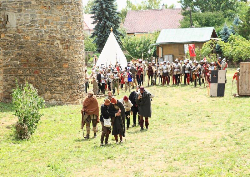 Os soldados medievais cobriram acima como aleijados na batalha de Budyne fotos de stock royalty free