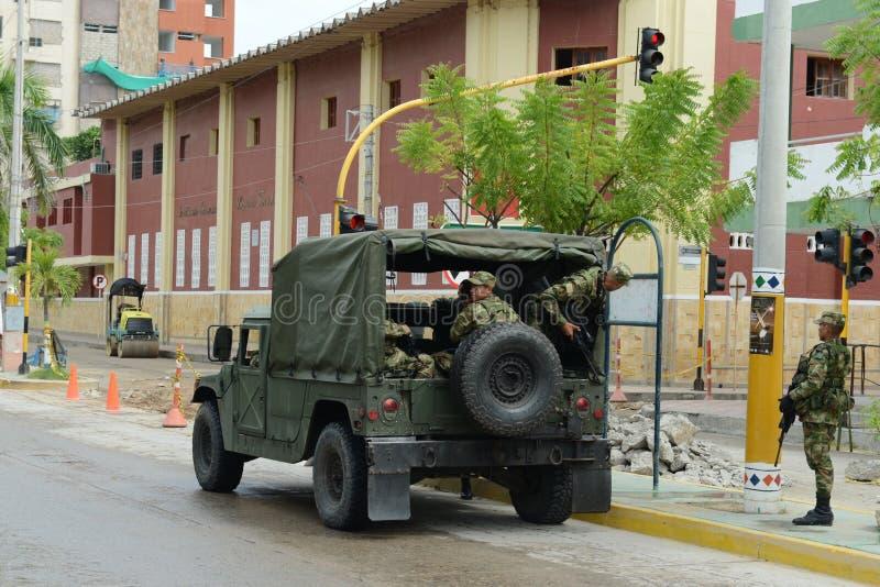 Os soldados patrulham a cidade em Riohacha; Colômbia fotografia de stock