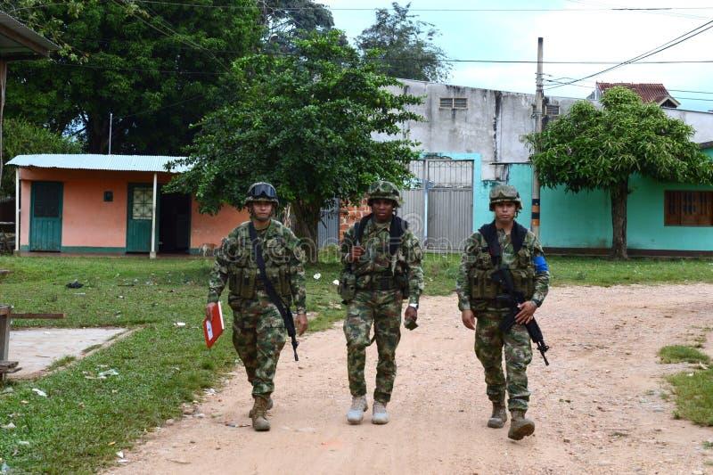 Os soldados patrulham o La Macarena da cidade fotos de stock royalty free