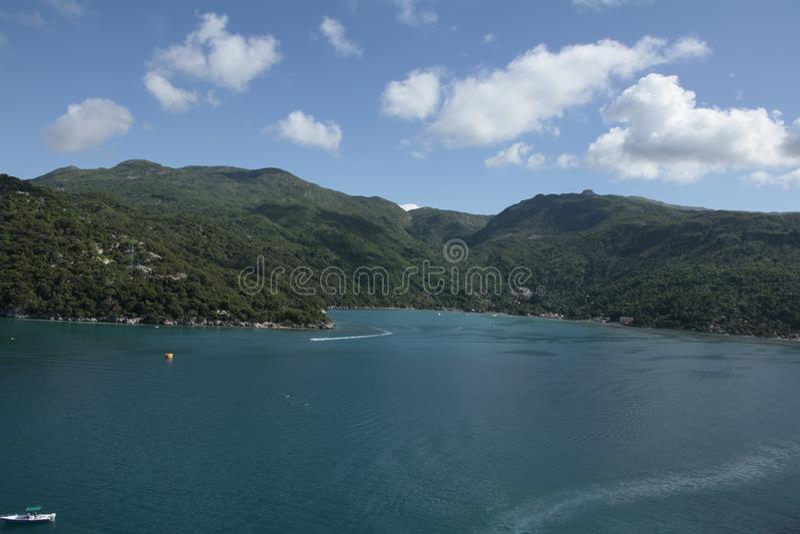 Os sonhos do Haiti caem mar, floresta e pessoas adoráveis imagens de stock royalty free
