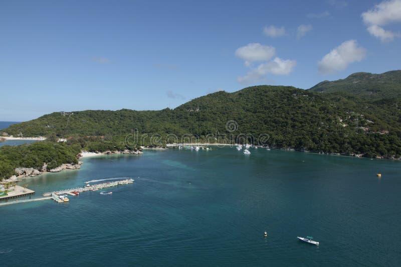 Os sonhos do Haiti caem mar, floresta e pessoas adoráveis fotos de stock royalty free