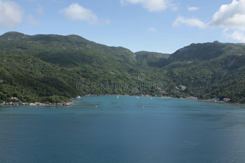 Os sonhos do Haiti caem mar, floresta e pessoas adoráveis fotografia de stock royalty free