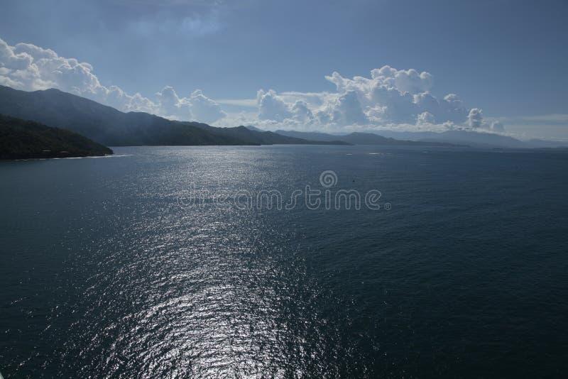 Os sonhos do Haiti caem mar, floresta e pessoas adoráveis fotos de stock