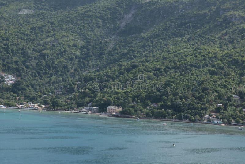 Os sonhos do Haiti caem mar, floresta e pessoas adoráveis imagens de stock