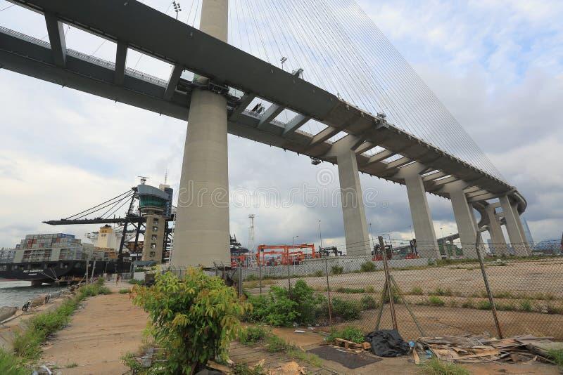Os Stonecutters constroem uma ponte sobre e a estrada do sha de Tsing foto de stock royalty free