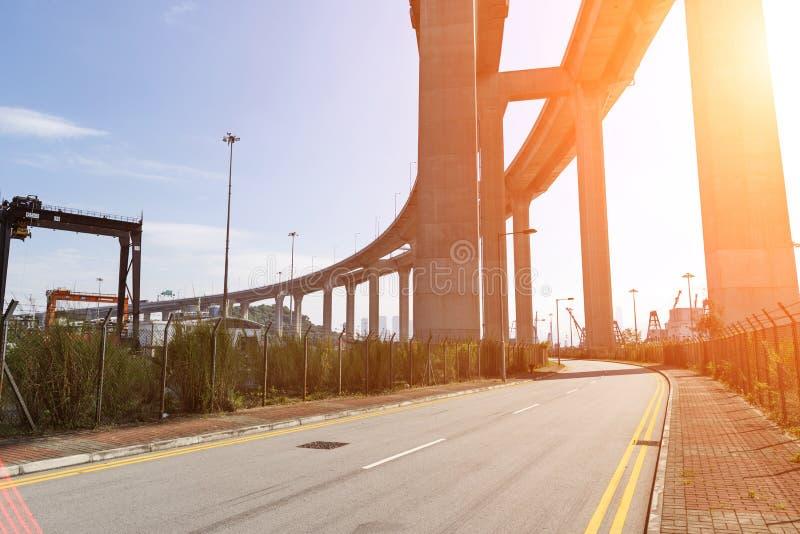 Os Stonecutters constroem uma ponte sobre e a estrada do sha de Tsing em Hong Kong fotografia de stock