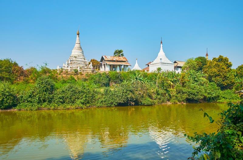 Os stupas antigos do monastério budista, Ava imagem de stock royalty free