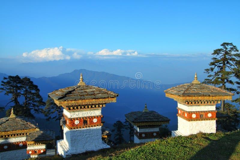 Os 108 stupas dos chortens em Dochula passam sobre a estrada de Thimphu a Punaka, Butão imagens de stock royalty free