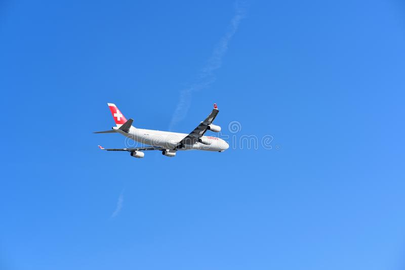 Os suíços LX38 decolam Zurique a San Francisco fotografia de stock