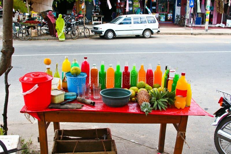 os sucos de fruta frescos coloridos são vendidos na rua fotografia de stock royalty free