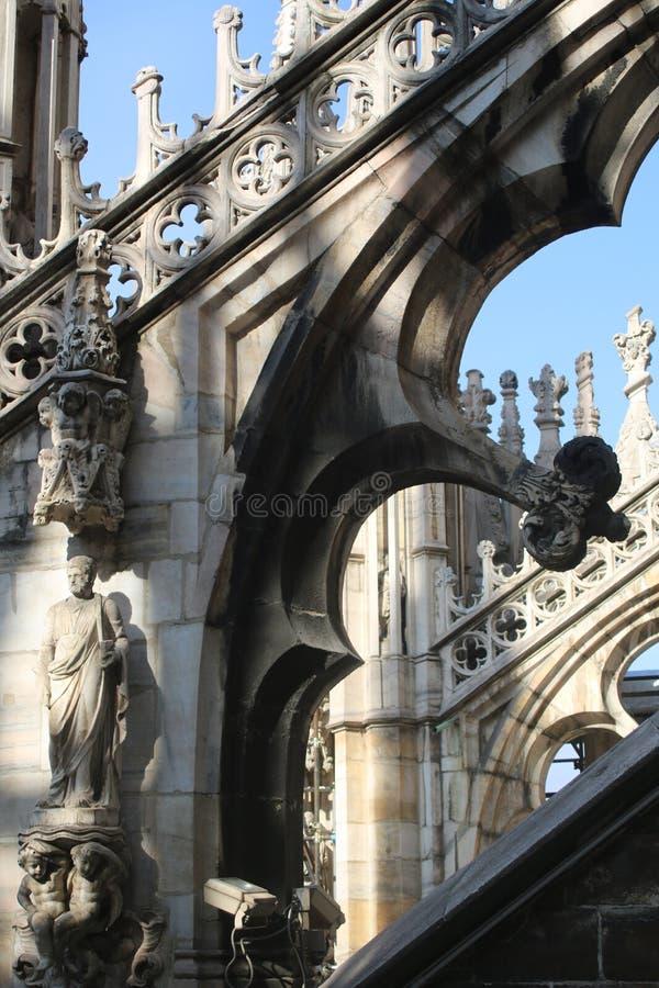 Os suportes da decoração escultural e de voo de Milan Cathedral imagens de stock