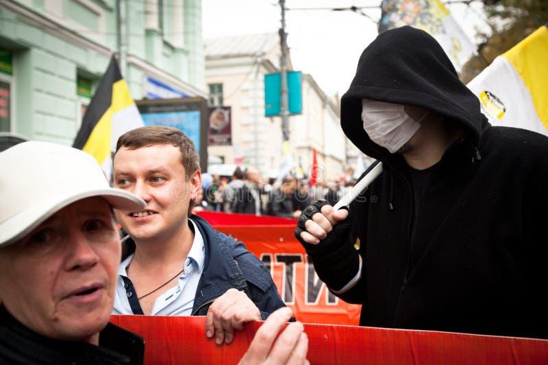 Os suportes da oposição recolhem para uma reunião do protesto imagens de stock