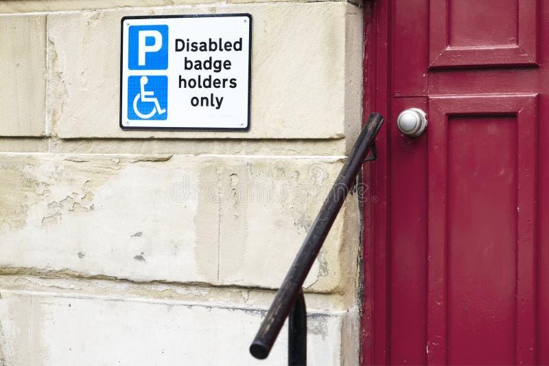 Os suportes de crachá deficientes assinam somente e trilho para que o auxílio acessível ajude usuários superiores idosos dos povo fotos de stock